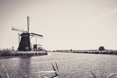 Molens door de Rivier in Kinderdijk royalty-vrije stock fotografie