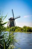 Molens door de Rivier in Kinderdijk stock fotografie