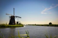 Molens door de Rivier in Kinderdijk royalty-vrije stock afbeeldingen