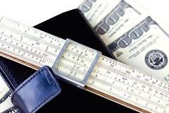 Moleskin, Skalatabellierprogramm und hundert Dollarscheine Stockfoto