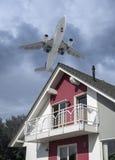 Molestia por ruido de aviones foto de archivo libre de regalías