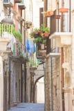 Molfetta, Apulien - alte Balkone und ein historischer Torbogen in stockbilder