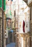 Molfetta, Apulien - Engelebensstil in den alten Durchgängen von stockfoto