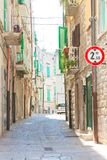Molfetta, Apulien - gehend durch einen alten Durchgang in Molfetta stockfotos
