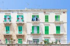 Molfetta, Apulien - grüne Fensterfensterläden am historischen facad lizenzfreies stockfoto