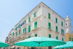 Molfetta, Puglia - parasoli del turchese e ciechi della grata in fotografia stock libera da diritti
