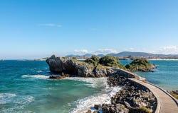 Molhe à ilha na água do oceano na Espanha de Cantábria fotos de stock