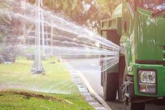 Molhe a água de pulverização do caminhão para ajardinar no parque público no pH Foto de Stock Royalty Free