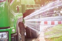 Molhe a água de pulverização do caminhão para ajardinar no parque público no pH Foto de Stock