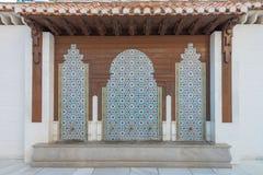 Molhe abas para limpar na frente da mesquita, Albaycin, Granada fotos de stock royalty free