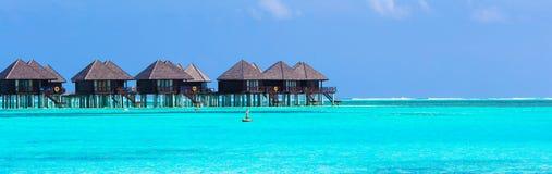 Molhe as casas de campo, bungalows em tropical perfeito ideal fotografia de stock royalty free
