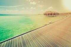 Molhe bungalows com o céu azul e o mar bonitos em Maldivas Foto de Stock Royalty Free