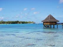 Molhe bungalows e o oceano azul do céu e o azul Imagem de Stock Royalty Free