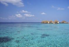 Molhe bungalows no fundo do mar e do céu imagens de stock