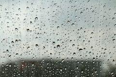 Molhe a condensação fresca da gota na textura do vidro de janela, refrigerar molhado do fundo da estação das chuvas sente e frio, imagem de stock