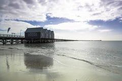 Molhe de Busselton perto de Margaret River Australia como visto da costa da praia contra o céu azul imagens de stock royalty free