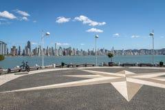 Molhe a Dinamarca Barra Sul Breakwater e skyline da cidade - Balneario Camboriu, Santa Catarina, Brasil fotografia de stock