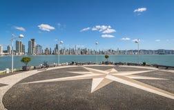 Molhe a Dinamarca Barra Sul Breakwater e skyline da cidade - Balneario Camboriu, Santa Catarina, Brasil imagem de stock royalty free