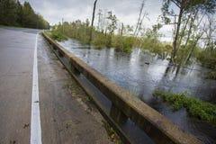 Molhe do furacão Florença aproximadamente para inundar uma ponte imagem de stock