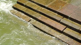 Molhe do mar que lava sobre etapas dos tijolos filme