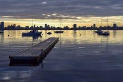 Molhe e barcos contra a skyline de Perth imagens de stock