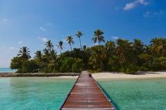 Molhe e praia em Maldives imagens de stock royalty free