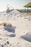 Molhe em um passeio coberto de neve de Pomorie em Bulgária, inverno 2017 fotos de stock