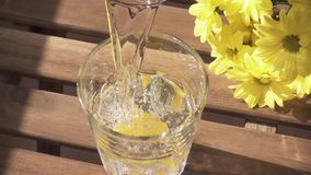 Molhe em um vidro com bolhas e movimento lento do limão filme