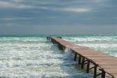 Molhe em uma baía na praia de Mallorca fotografia de stock royalty free