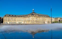 Molhe a fonte do espelho e o Palais de la a Bolsa no Bordéus, França Fotografia de Stock Royalty Free