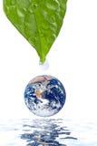 Molhe a gota que cai no planeta da terra isolado Fotografia de Stock