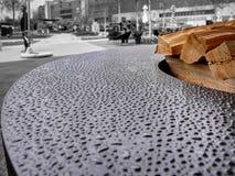 Molhe gotas com tensão na superfície oleosa de uma grade grande do assado Foto de Stock