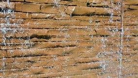 Molhe gotas na parede de pedra, diversidade do ambiente da luz do dia, filme