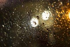 Molhe gotas na parte dianteira do pára-brisas do carro, imagem abstrata Fotografia de Stock Royalty Free