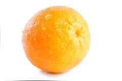 Molhe a laranja com gotas isolada no fundo branco Fotos de Stock Royalty Free