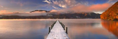 Molhe no lago Chuzenji, Japão no nascer do sol no outono imagens de stock royalty free