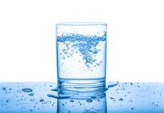 Molhe no vidro transparente com as gotas e as bolhas isoladas sobre Imagens de Stock Royalty Free