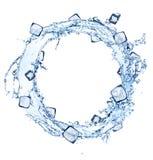 Molhe o círculo do respingo com os cubos de gelo no branco Imagem de Stock Royalty Free