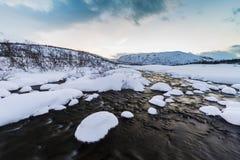 Molhe o córrego com rochas em uma paisagem do inverno no crepúsculo Foto de Stock Royalty Free