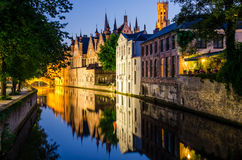 Molhe o canal, casas medievais e torre de sino na noite em Bruges Foto de Stock Royalty Free