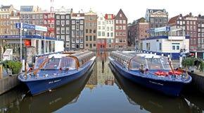 Molhe o canal e a arquitetura típica em Amsterdão, Países Baixos Foto de Stock