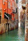 Molhe o canal em Veneza & em construções de pedra rústicas velhas foto de stock royalty free