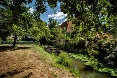 Molhe o canal na cidade holandesa velha com o barco de enfileiramento de madeira do vintage, f foto de stock