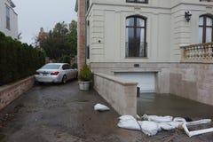 Molhe o carro danificado e a garagem inundada no rescaldo do furacão Sandy em Rockaway distante, New York imagens de stock royalty free