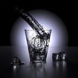 Molhe o espirro em um vidro da água (o ponto de vista alto) ilustração stock