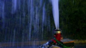Molhe o estouro no ar através da mangueira da água video estoque