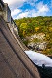 Molhe o fluxo da represa de Prettyboy no rio da pólvora, nos vagabundos fotografia de stock royalty free