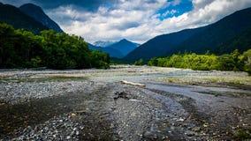 Molhe o fluxo no rio curvado entre montanhas fotos de stock royalty free