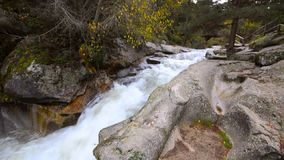 Molhe o fluxo no rio Eresma no parque natural de Boca del Asno em um dia chuvoso em Segovia, Espanha filme