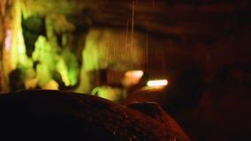 Molhe o gotejamento dentro da caverna misteriosa de montanhas caucasianos em Kutaisi, Geórgia vídeos de arquivo